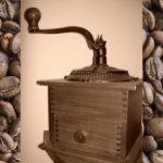 Kaffeemühle und Kaffeebohnen